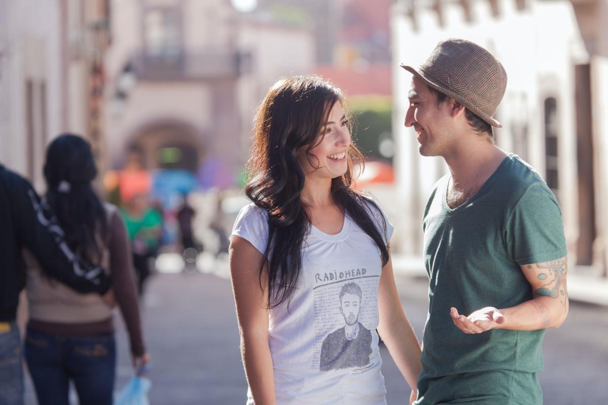 V škole či cez internet. Ako môže miesto zoznámenia ovplyvniť váš vzťah?