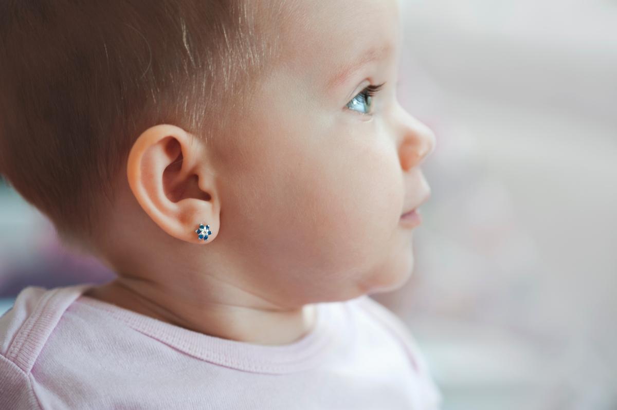 Ako vybrať prvé detské náušnice? Vopred zvážte veľkosť aj zapínanie