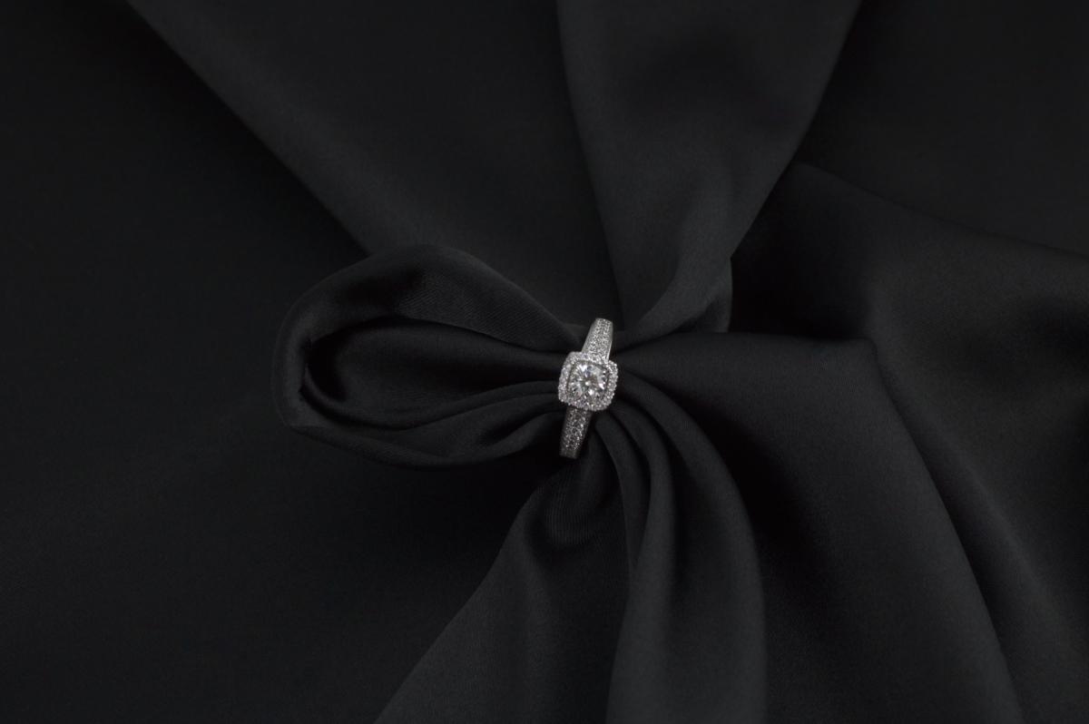 6 rád, ktoré by ste mali mať na pamäti pri výbere zásnubného prsteňa